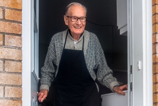 Oudere man houdt een hartig gesprek met zijn buurman