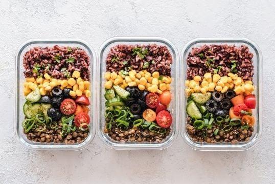 Mealprep drie salades in doosjes die klaarstaan om op te eten