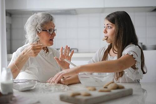 oma en kleindochter eten koekjes terwijl ze praten