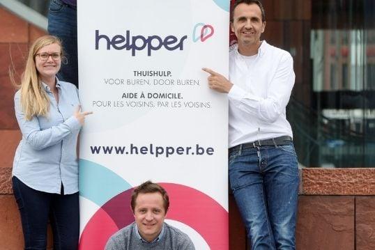 Het team van Helpper aan het MAS met een poster van helpper