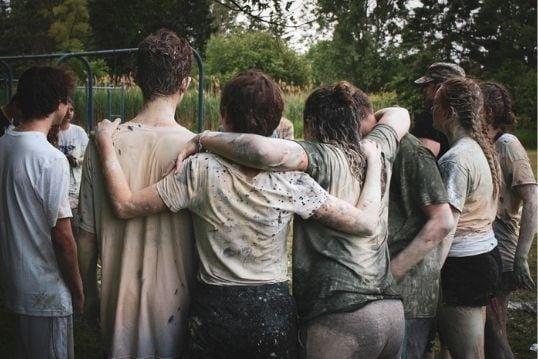 De jeugd amuseert zich op kamp