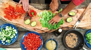 différents ingrédients sains sont préparés sur table pour être cuisinés